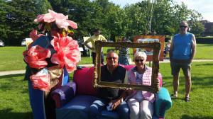 """Ehepaar Schwarz im Bilde und mit Blume im """"Garten der Generationen"""" bei der Abschlußveranstaltung des Gartenspazierganges"""